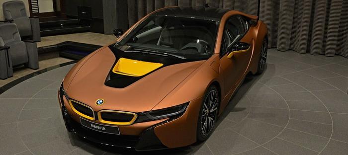 BMW i8 تظهر بمزيج من اللون البني والأصفر والأسود في أبوظبي